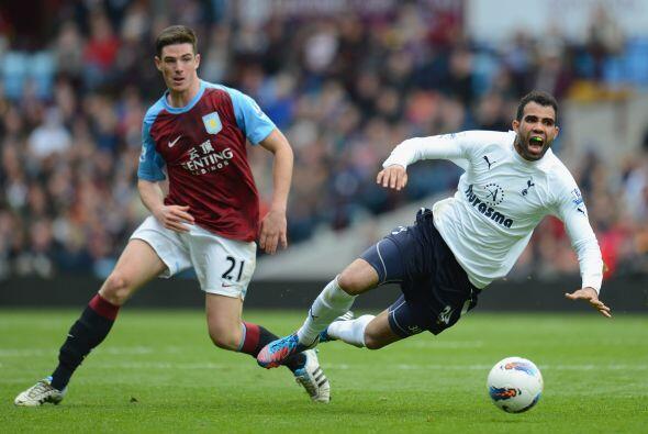 La zaga inicia con un jugador de la Liga Premier inglesa, Ciaran Clark.