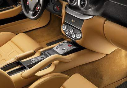 El 599 tiene una agarradera central para el pasajero y nuevos asientos d...