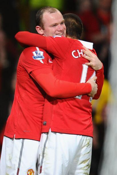 Al final del partido, Rooney y Javier Hernández se dieron un fuerte abra...