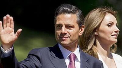 El presidente de México, Enrique Peña Nieto, junto a su esposa, Angélica...