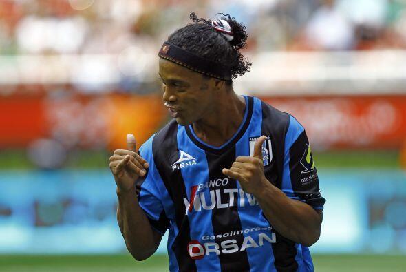 En su debut en liga, Ronaldinho no fallaría de nuevo y en ésta ocasión e...