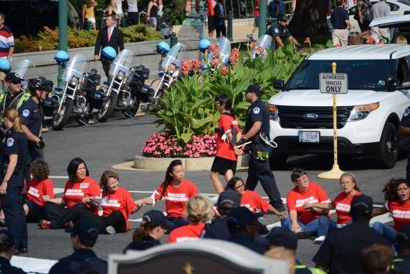 Aproximadamente 100 mujeres fueron detenidas después de que bloquearan l...