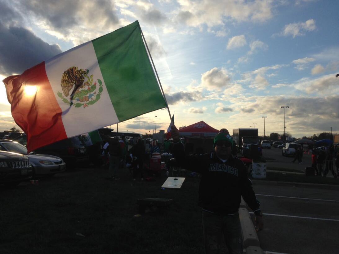 Mexicanos y estadounidenses tienen pareja batalla en la grada WhatsApp I...