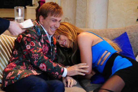 Jennifer Lopez casi se desmaya de la risa en los brazos de Osmel.