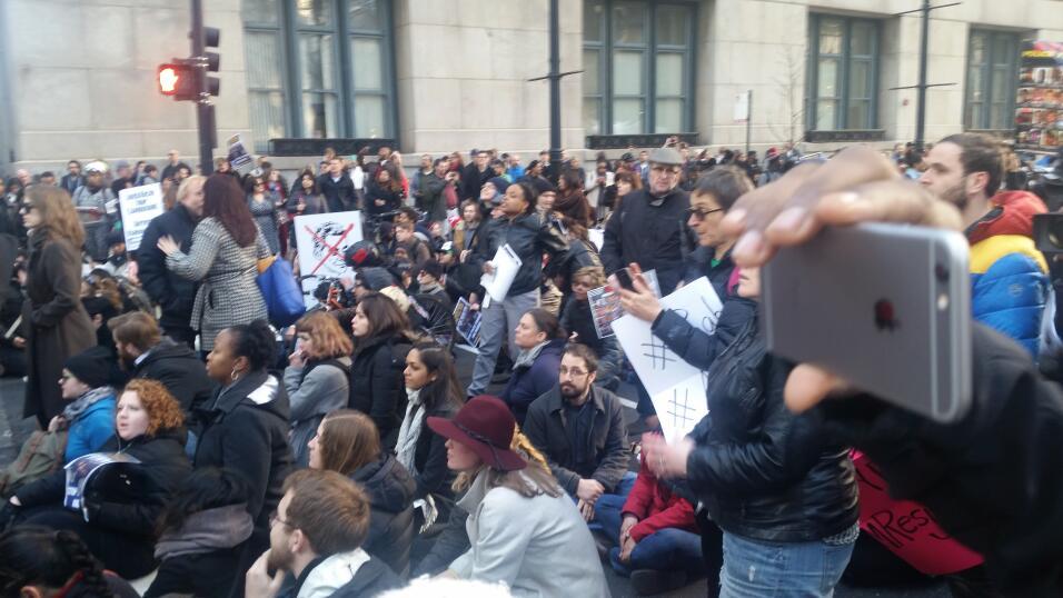 Salieron a exigir la renuncia del alcalde Rahm Emanuel y de Anita Alvarez.