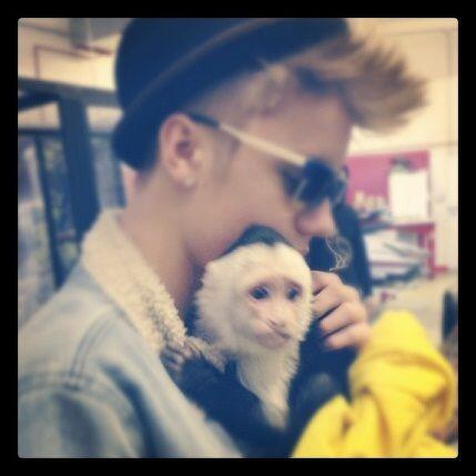 """Junto a mi amigo bubbzzz""-Justin Bieber."