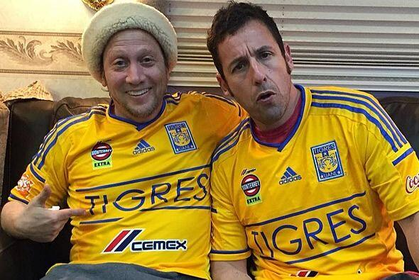 Rob Schneider y Adam Sandler no han sido los únicos en usar las camiseta...