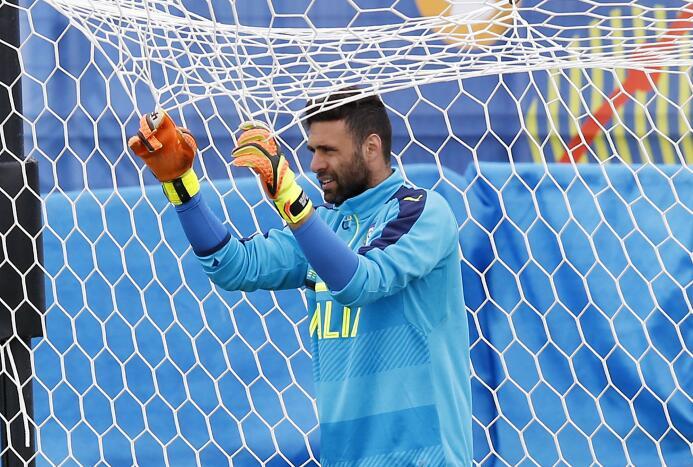 El portero italiano Salvatore Sirigu, ex PSG y actualmente con Osasuna,...