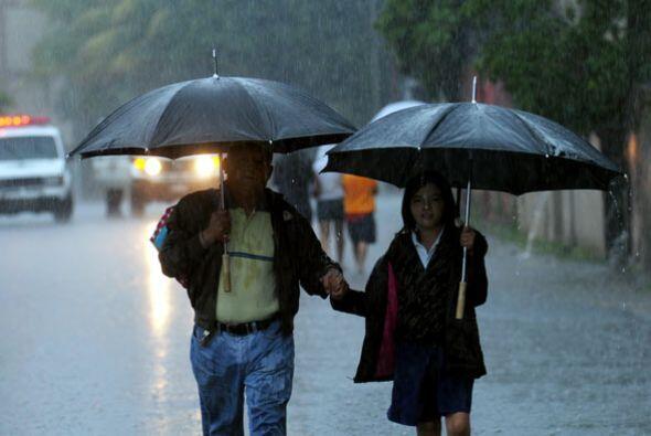 Las intensas lluvias ocasionaron el derrumbe de un muro sobre una vivien...