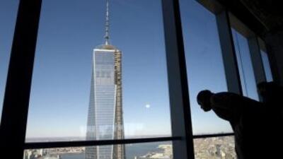 Un hombre observa el One World Trade Center (también llamado Freedom Tow...