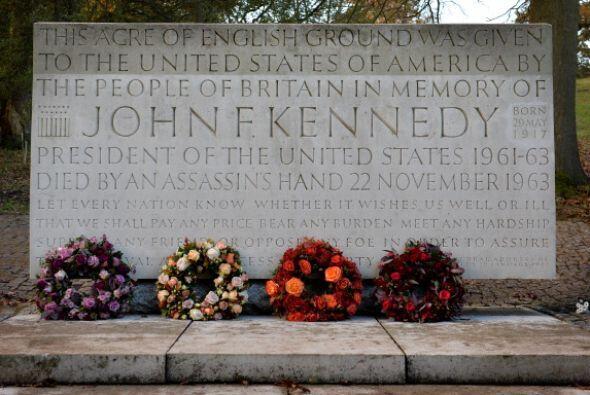Un monumento de piedra para el ex presidente John F. Kennedy es visto de...