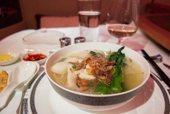 El plato fuerte de sopa con carne y verduras