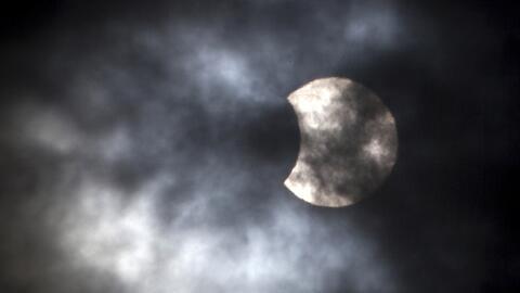 Las nubes casi impiden que residentes de Illinois disfrutaran el eclipse...