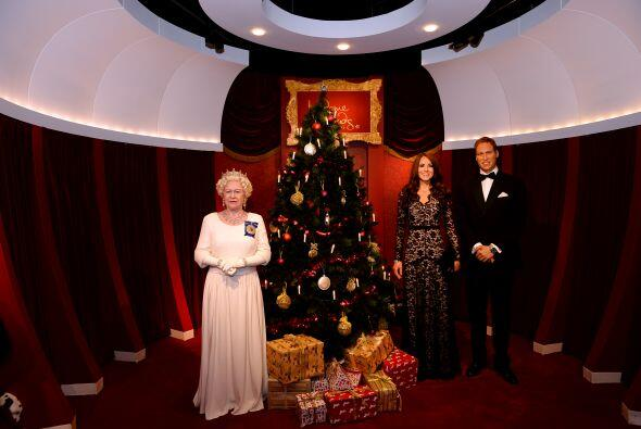 Pero no es la única con espíritu de Navidad, las figuras de cera de los...