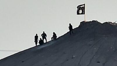 Los yihadistas de ISIS izaron las banderas negras de esta organización e...