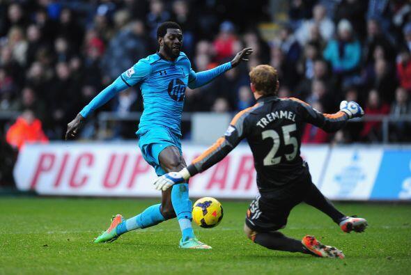 El togolés Emmanuel Adebayor resultó determinante ante el Swansea de Mic...