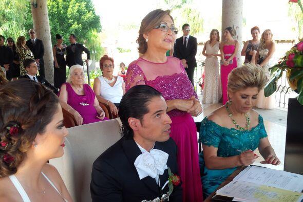 Las mamás de los novios fungieron como testigos de la boda. Ambas están...