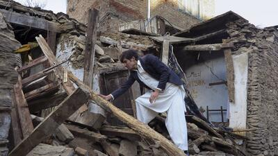 Un paquistaní examina una casa dañada por un gran terremoto en Mingora.