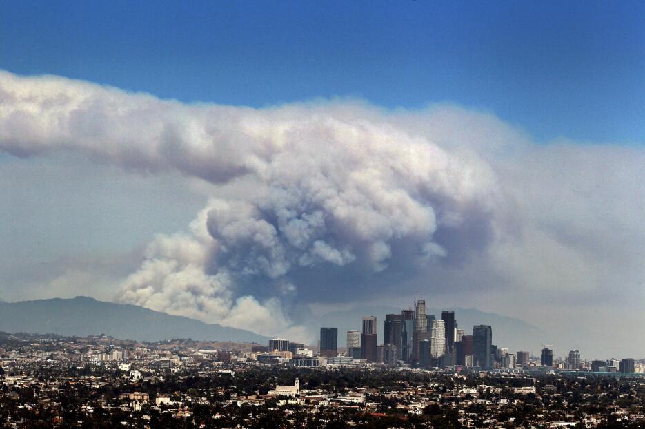 Columna de humo generada por los incendios en las montañas de Los Ángeles.