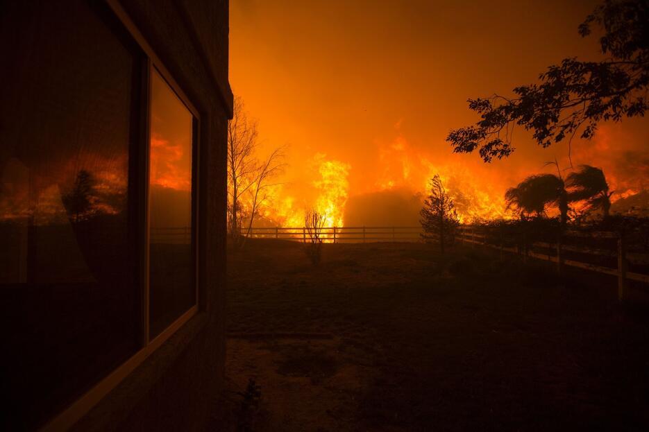 Alrededor de 10,000 viviendas fueron desalojadas por la amenaza del fuego