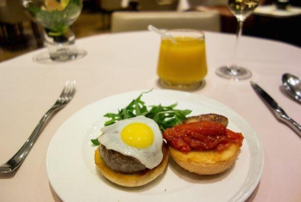 O una hamburguesa con foie gras y huevo de codorniz.