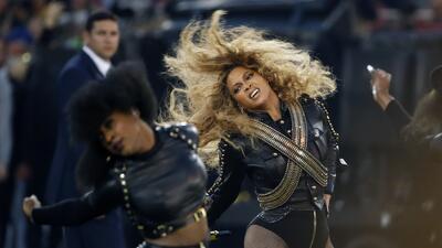 Beyonce baila durante su presentación en el medio tiempo del Supe...