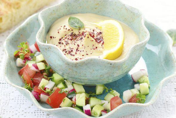 También puedes preparar cremas de frijoles o guisantes y añadir a ellas...