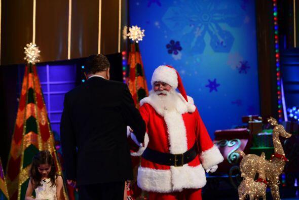 Con este histórico apretón de manos, Don Francisco y Santa Claus te dese...