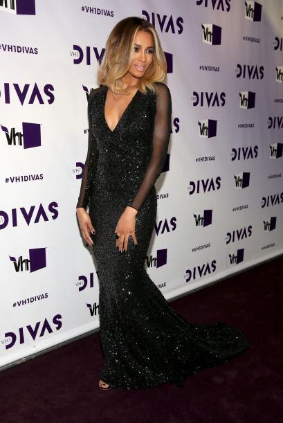 Ciara decidió enseñar sus brazos con unas transparencias que le dan el t...