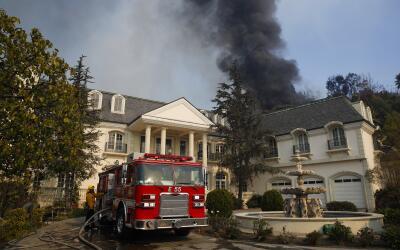 El incendio que amenaza Bel-Air, un barrio donde hay numerosas mansiones...