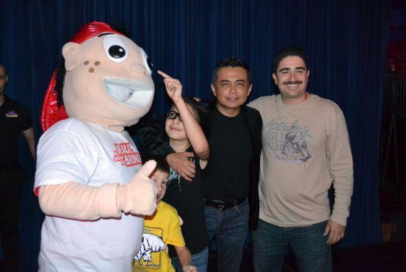 Al final de la función, Raúl paso a tomarse fotos con el público y a con...