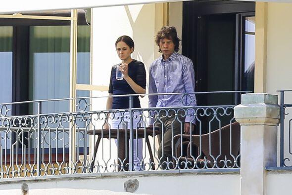 Jagger se dejó ver con esta misteriosa chica nueva.  Aquí...