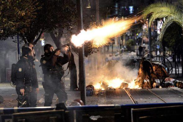 Policías antidisturbios turcos disparan gas lacrimógeno para dispersar a...
