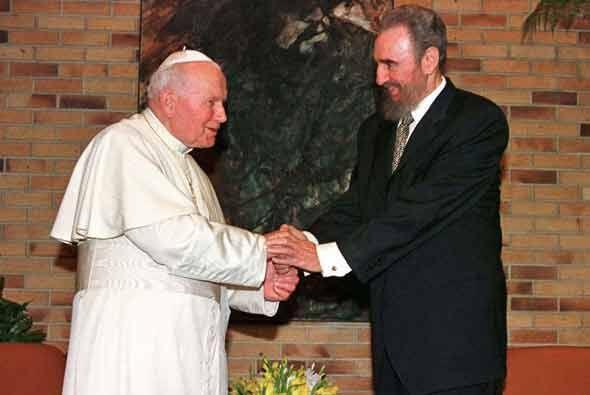 En 1998, el Papa Juan Pablo II visitó una Cuba. Castro le recibi&...