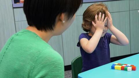 La investigadora Jinjing Wang con una niña de 5 años en el experimento.