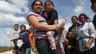 Inmigrantes procedentes de Centroamérica tras ser detenidos por cruzar d...