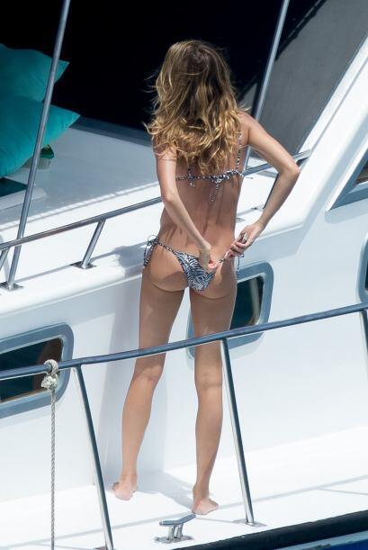 El bikini le jugó una mala pasada a la modelo que tuvo que acomod...