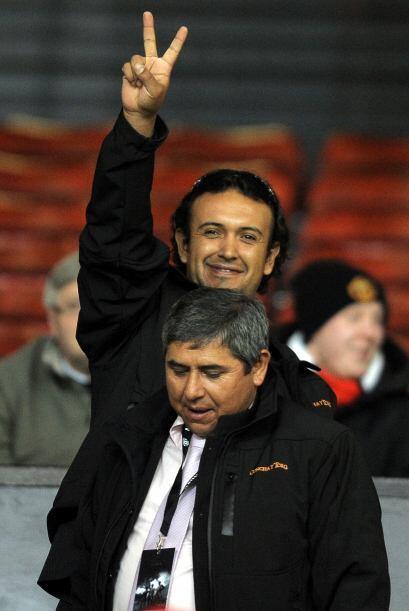 Uno de los mineros saludando durante el encuentro entre Manchester Unite...
