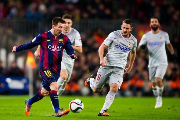 Messi buscó desequilibrar bajando hasta tres cuartos de cancha y mostró...