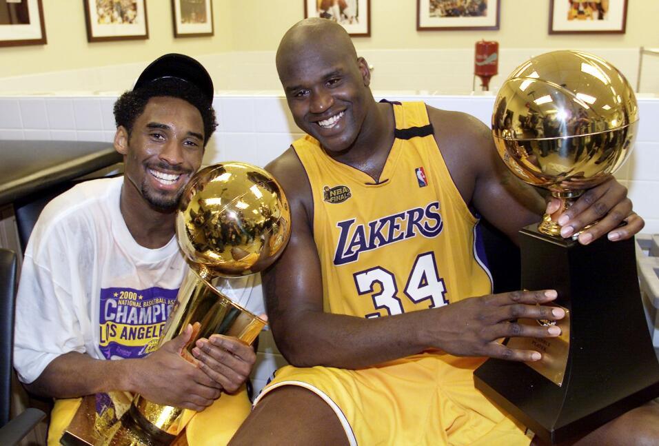 Kobe levanta el trofeo Larry O'Brian y Shaquille O'Neal, el MVP de la NBA.
