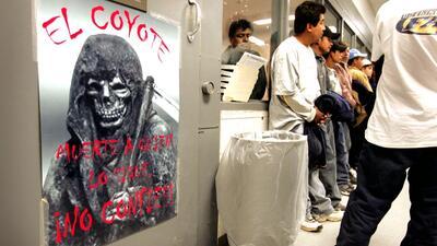 Un cartel en una estación de la Patrulla Fronteriza de Nogales, Arizona,...