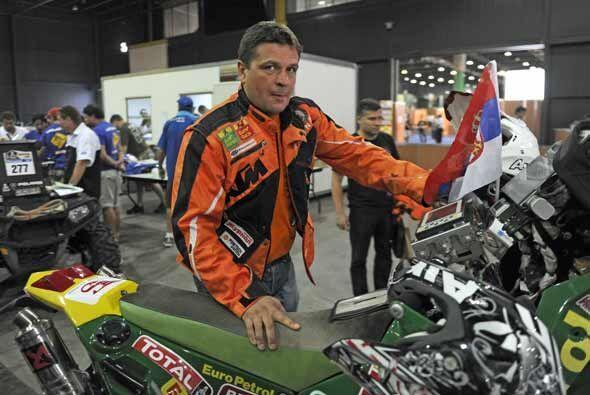 El motociclista serbio Gabor Saghmeister revisó su moto antes del inicio...