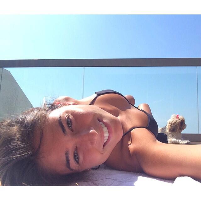La bella modelo israelí es actual pareja del jugador del Barcelona, y ja...