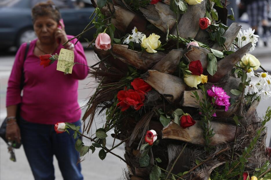Clientas de USA Holiday y amigos recuerdan  a las víctimas en Los Ángeles.