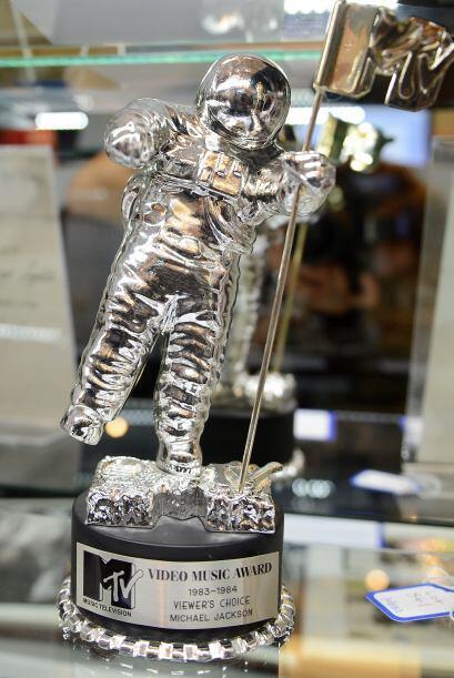 Entre $8,000 y $10,000 pedían por este premio entregado a Michael Jackson.