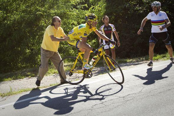 Voeckler logró mantenerse con el maillot amarillo pese a sufrir una sali...