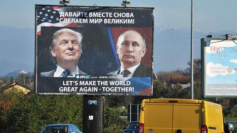 Un cartel patrocinado por un movimiento pro-serbio en Montenegro muestra...