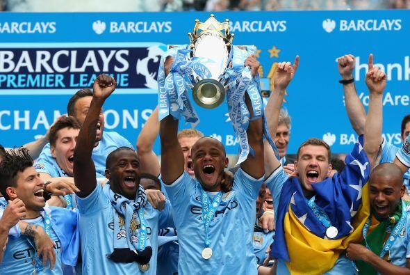 Llegó el momento de recibir el trofeo que les acredita como los campeones.