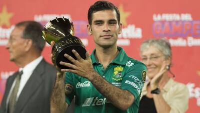 El mexicano recibió el trofeo que el Barcelona le dio al León por disput...