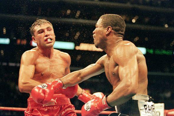 Mosley castigó a De la Hoya durante la mayor parte de la pelea la cual l...